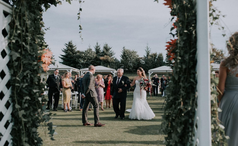 бащата-води-булката-на-сватбена-церемония